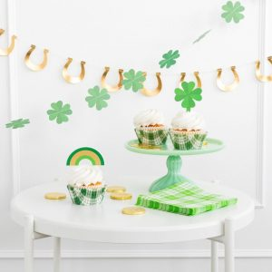 st patrick's day garlands horseshoes and shamrocks